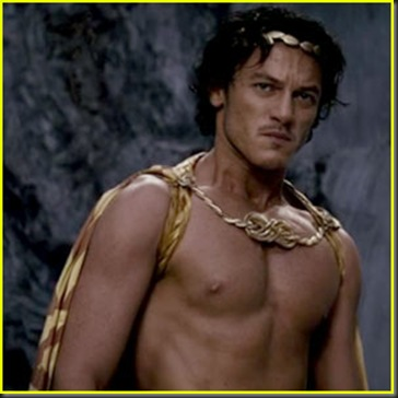 Luke_Evans_shirtless_01