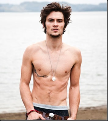 Shiloh Fernandez shirtless 02