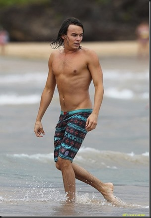 Tyler_Blackburn_shirtless_GIF_02a